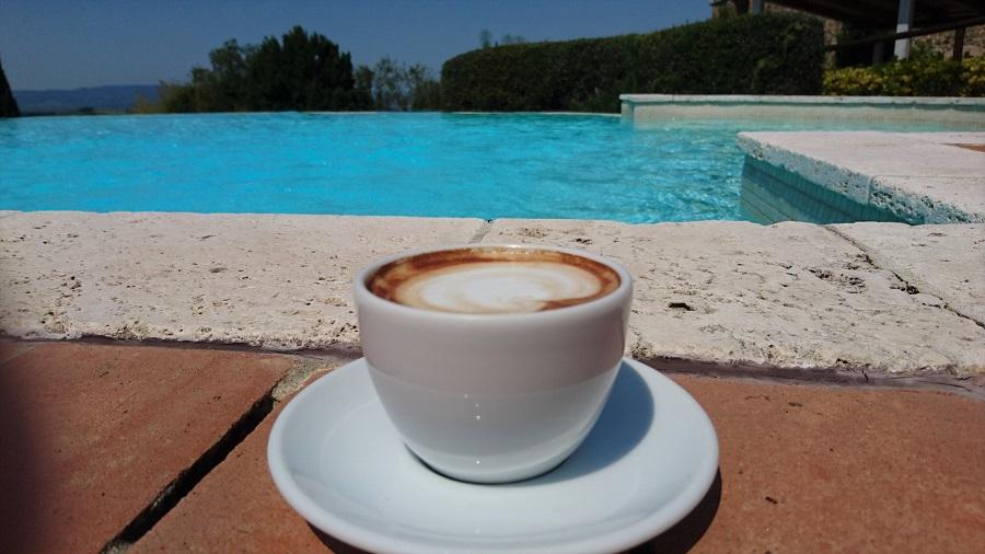 Zur Erklärung des Textes: Cappuccino am Rand des Pools. Pin it Button von Pinterest