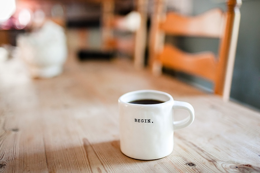"Zur Ergänzung des Textes: Kaffeetasse mit dem Schriftzug ""Begin""."