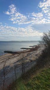 Zur Ergänzung des Textes. Blick auf den Strand von Hohwacht von einer Klippe aus.