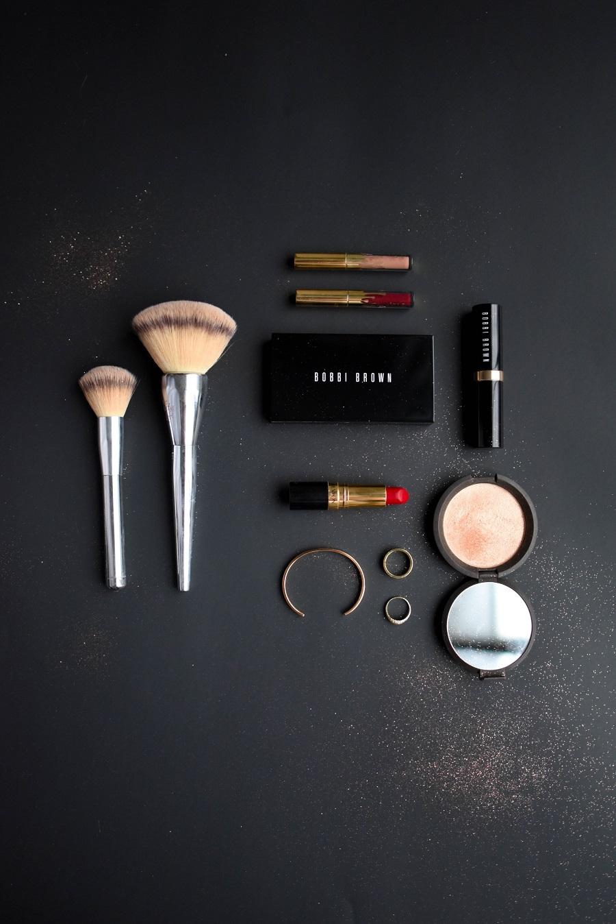 Zur Ergänzung des Textes: Kosmetikpalette auf schwarzem Grund fotografiert