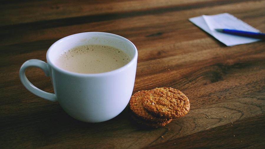 Zur Ergänzung des Textes. Kaffeetasse und Kekse.