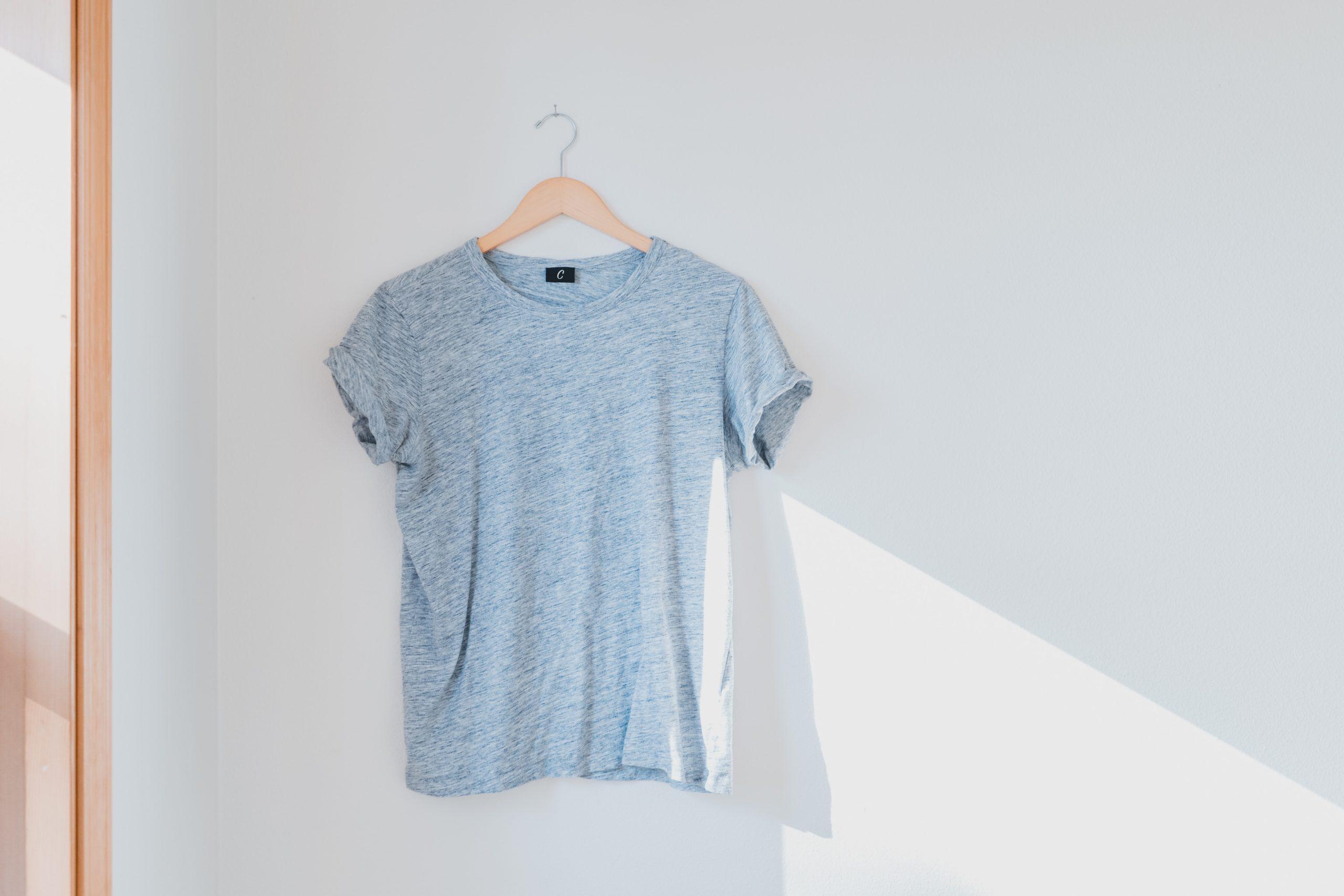 Zur Ergänzung des Textes. Einzelnes T-shirt hängt an der Wand.