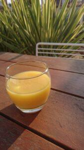 Glas Orangensaft auf Holztisch