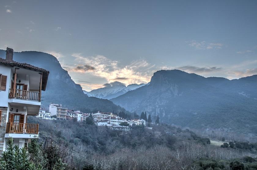 Griechenland Norden: Blick auf die Stadt Litochoro am Abend