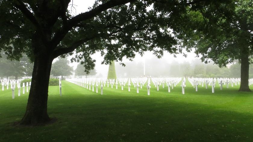 Normandie Sehenswürdigkeiten: Gräberreihen auf dem amerikanischen Soldatenfriedhof in Colleville-sur-Mer im Nebel