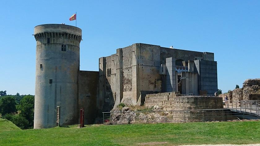 Normandie Sehenswürdigkeiten: Frontale der Burg Falaise