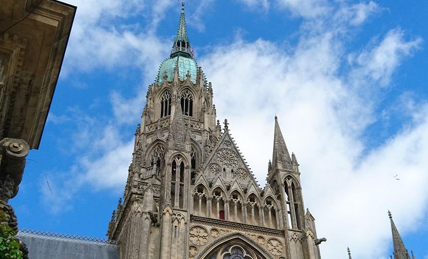 Normandie Sehenswürdigkeiten: Blick von unten auf die Kathedrale von Bayeux.
