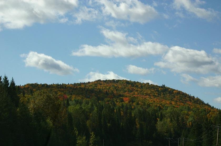 Indian Summer Kanada, bunte Mischwälder und ein klarer Himmel