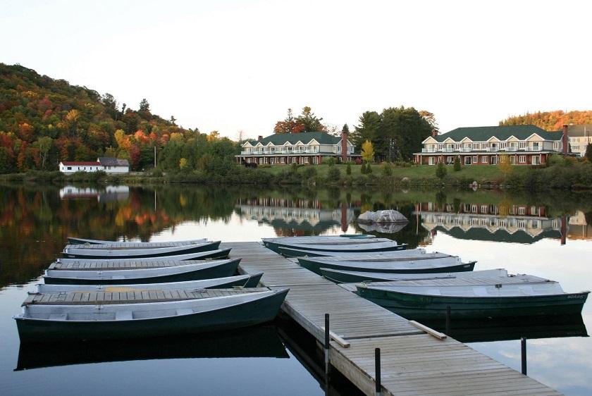 Im Vordergrund: Boote, im Hintergrund: die Auberge du Lac-à-l'Eau Claire
