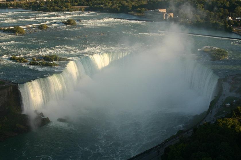 Blick von oben auf die Horseshoe Falls der Niagara Fälle