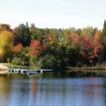 Indian Summer Kanada, Laubfärbung von Bäumen an einem See
